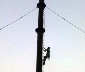 Самостоятельно спуститься с 25-метровой трубы горе-альпинисту не удалось.