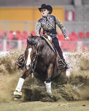 Джина Шумахер успешно занимается конным спортом.