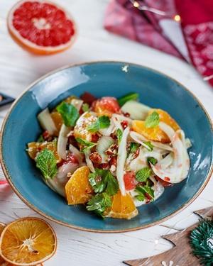 Салат из фенхеля с цитрусовыми и орехами.