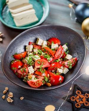 Салат из томатов с тофу.