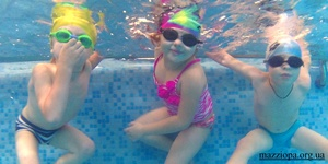 Осознанное плавание начинается в 3-4 года, когда ребенок сам отталкивается от бортика бассейна, задерживает дыхание, с удовольствием примеряет очки для ныряния. Фото: facebook
