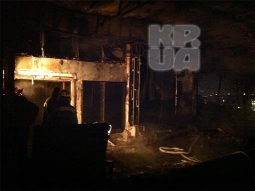 Спасатели уже извлекли тела двоих погибших - женщины работали в ресторане уборщицами. Фото: КП