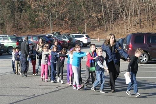 В школе Сэнди Хук, где произошла стрельба, учится около 600 детей. Фото: Рейтерс