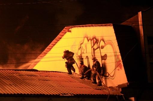 На пожаре пострадал сотрудник МЧС. Фото Максима Голованя