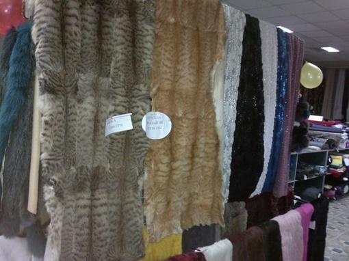 Рядом в шелками и парчой – на прилавках сшитые шкурки животных. Фото с сайта 0652.ua