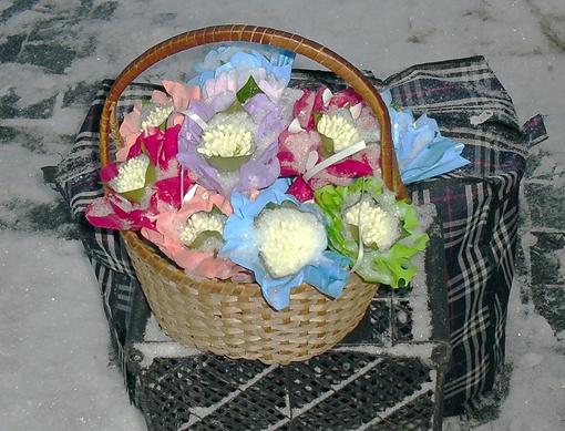 Первоцвет попадает на улицы Днепропетровска из Крыма и местных теплиц, причем продавцы его уверяют, что цветочки эти - отнюдь не краснокнижные. Фото Павел ДИНЕЦ.