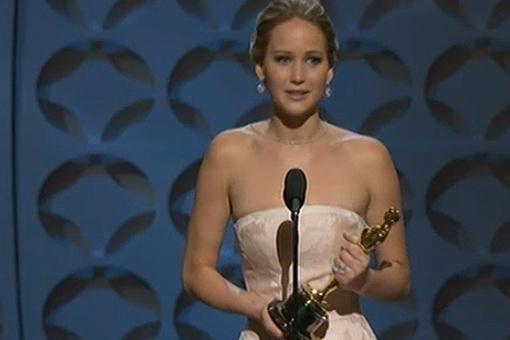 Дженнифер Лоуренс буквально ошалела от свалившегося на неё Оскара. Скриншот