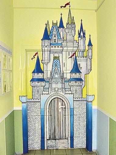 Войти в комнату для занятий можно через дверь сказочного замка.