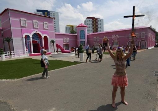 Активистки Femen устроили очередной протест. Фото: REUTERS