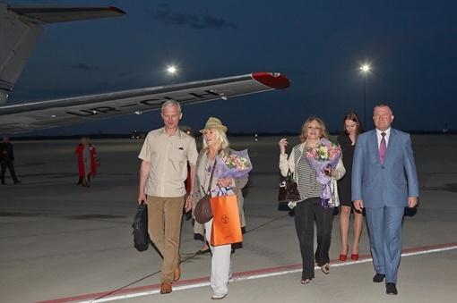 Две знаменитые француженки прилетели в Украину поздно вечером. Фото: сайт Харьковской областной администрации