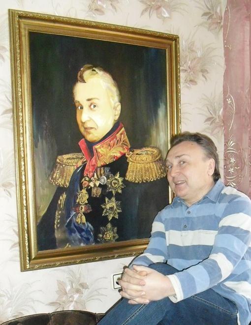 Теперь художнику, изобразившему Ивана Шепелева в образе Кутузова, придется еще раз потрудиться - дорисовывать на груди непревзойденного конферансье очередную награду. Фото: автор.
