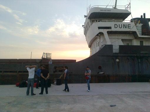 Двенадцать членов экипажа оказались заложниками ситуации. Фото: vk.com