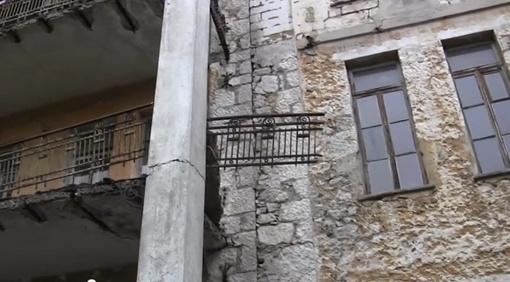 Балкон, с которого упал дети. Фото: стоп-кадр из видео
