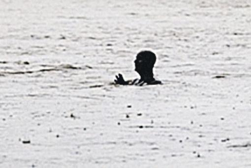 В воскресенье он был затоплен по пояс, а к понедельнику виднелась лишь голова. Фото: Vladimir Štepánek.