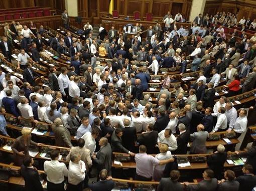 Депутаты от оппозиции окружили трибуну. Фото: Фейсбук Александра Аронца.