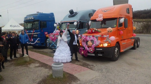 Родные Алины и Александра не сразу оценили идею женитьбы на грузовиках.