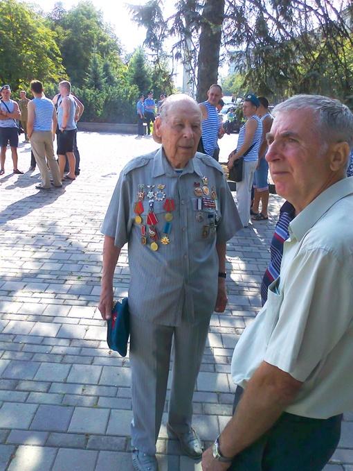 Ветераны ВДВ вспоминали о минувших днях. Фото: Олег Климов