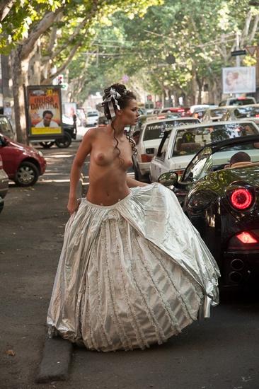 Девушка позировала перед камерами на фоне стоящих машин. Фото: Максим Войтенко