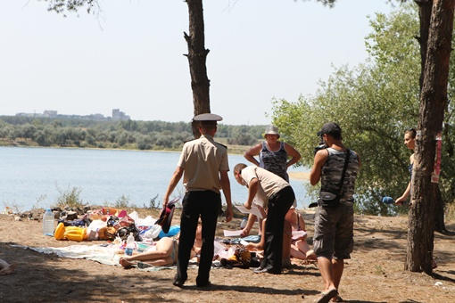 Сотрудники МЧС Днепропетровска раздают отдыхающим листовки-предупреждения об опасности пожаров.