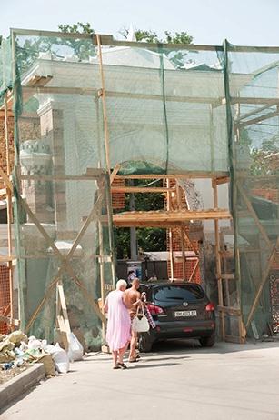 Строители уже завершили первую стадию работ – очистили фасад. Фото: Максим Войтенко