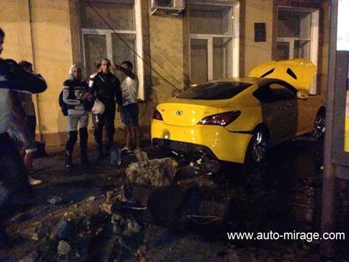 Автомобиль проехался по светофорному столбу и влетел в жилое здание, фото: auto-mirage