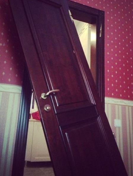 Пострадала дверь. Фото: Instagram Собчак