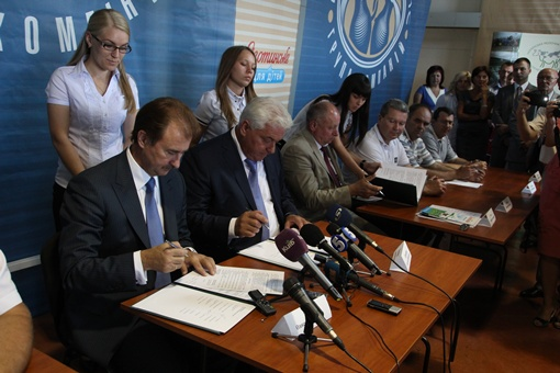 Теперь, согласно подписанному договору, городские и областные власти будут содействовать производителям в участии в сельскохозяйственных ярмарках.