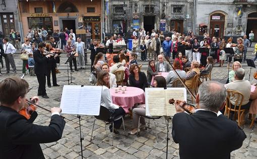 Утренний праздничный кофе львовянам и гостям города пришелся по вкусу.  Фото Олег Кохан