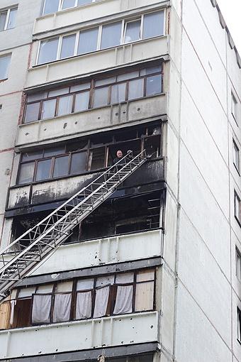 От огня сильно пострадали две квартиры: на пятом этаже (эпицентр) и на шестом. Еще несколько залили пожарные. Фото: Роман ШУПЕНКО.