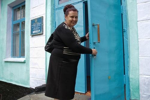 Директор школы Полина Шевчик гордо заявила, что в этом году у нее аж шесть первоклашек.  Фото: Олег ТЕРЕЩЕНКО.