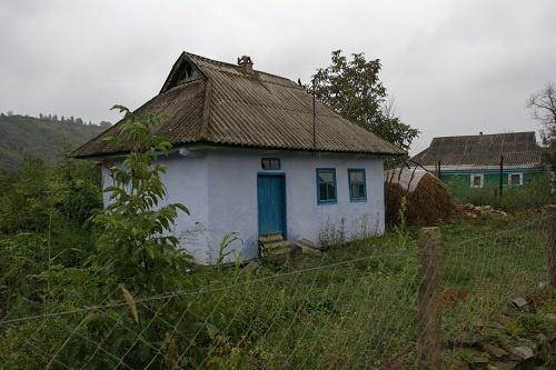 Домик с комнатой, кухней, койкой и коридором за тысячу гривен пока бесхозный.  Фото: Олег ТЕРЕЩЕНКО.