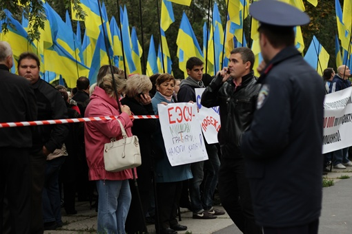 Под судом было много противников Тимошенко с транспарантами. Фото: Роман ШУПЕНКО