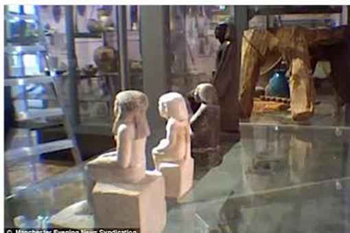 Статуэтка (последняя в ряду) стоит лицом к посетителям... Фото: Манчестерский музей