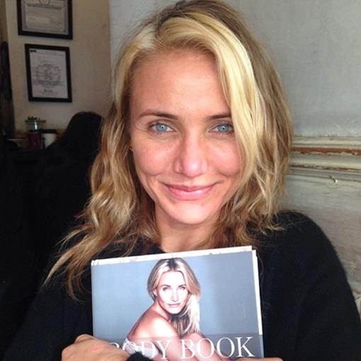 Актриса без косметики, но с книгой. Фото Instagram