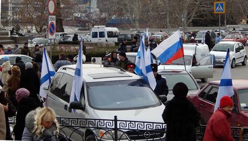 Перед началом митинга прошел автопробег. Фото: Дмитрий МЕТЕЛКИН.