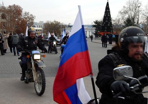 Активисты проехали по городу с российскими флагами. Фото: Дмитрий МЕТЕКИН.