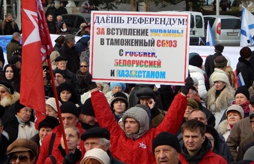 На улицу с плакатами, несмотря на мороз, вышли сотни жителей Севастополя. Фото: Дмитрий МЕТЕЛКИН.