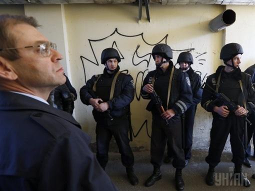 Сергей Пашинский договаривался с вооруженными людьми, которые напали на жителей дома. Фото УНИАН