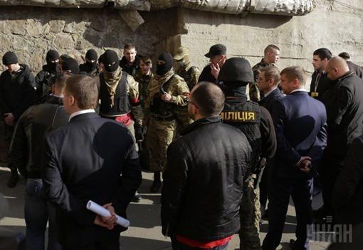 Милиция отпустила людей, вооруженных автоматами и не задержала их за нападение на людей. Фото УНИАН