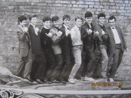 Ребята из класса, в котором учился Михайлюта, до сих пор ежегодно встречаются в школе. Олег - четвертый слева (1992 г.). Фото: соцсети.