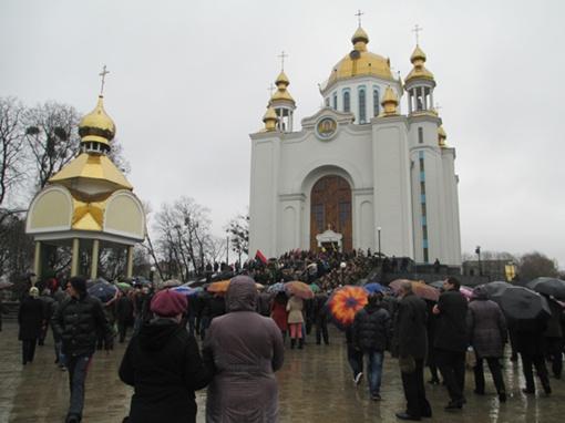 Траурная процессия состояла из трех сотен человек. Фото: Ольга КУХАРУК.