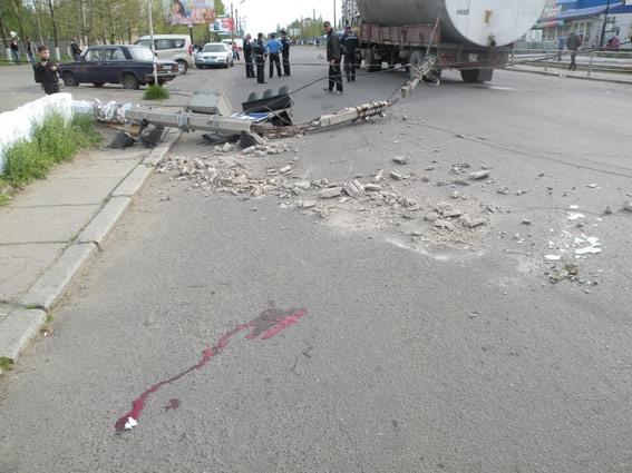Столб упал на пешехода. Фото: mikdai.gov.ua