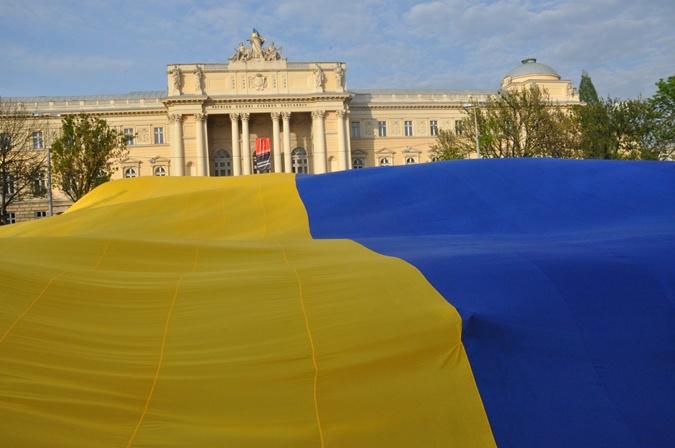 Самый большой в Украине государственный флаг развернули во Львове. Фото: galnet.org