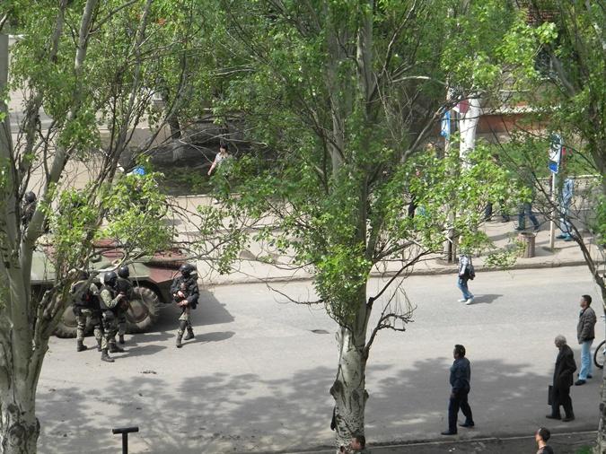 БТР на краматорской улице XIX Партсъезда прогоняли местные жители. Фото: Любовь Сидоренко