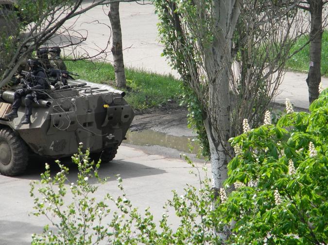 Солдаты на оскорбления людей не отвечали. Фото: Любовь Сидоренко