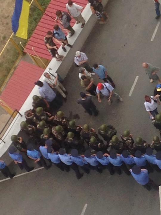 Правоохранители пытаются сдерживать активистов. Фото: Соцсети