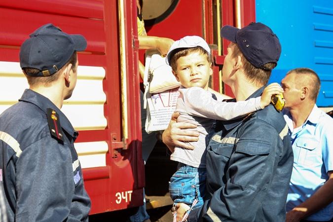 Вместе с инвалидами в Одессу отправились обычные семьи с детьми. Спасатели помогали и им. Фото ГСЧС Киева