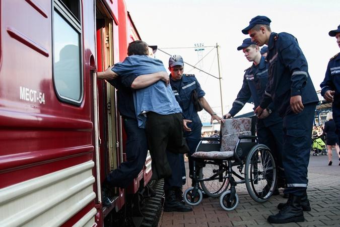 Без помощи служащих больные люди не обошлись бы. Фото ГСЧС Киева
