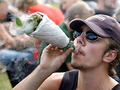 40 лет как курить марихуану на улицах Амстердама не возбраняется. Фотография: news.mail.ru