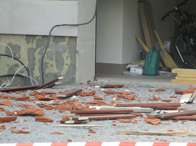 Двор дома мэра усыпан кусками кровли и битым стеклом. Фото: Ольга Кухарук.